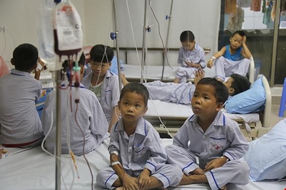 Trẻ em mắc bệnh Thalassmemia thường xuyên phải truyền máu, thải sắt tại Viện Huyết học- Truyền máu Trung ương