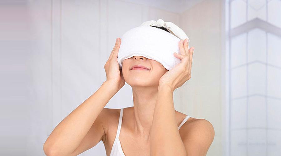 Dùng khăn lạnh chườm mắt mỗi ngày giúp tình trạng quầng thâm dưới mắt được cải thiện.