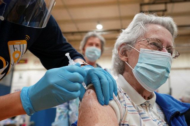 """Nhiều bệnh nhân mắc """"COVID kéo dài"""" được cho là đã khá lên sau khi tiêm vaccine COVID-19 (Ảnh: AFP)"""
