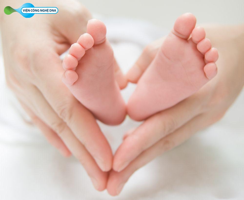 Lấy máu gót chân để thực hiện Sàng lọc sơ sinh