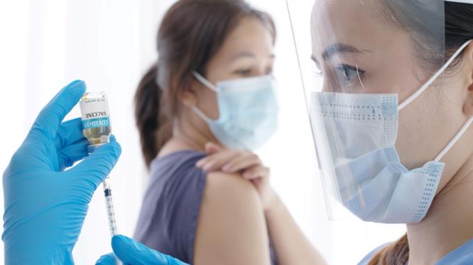 Có nhiều vấn đề cần lưu ý về tiêm vaccine ngừa Covid-19 mũi 2. Ảnh: Shutterstock